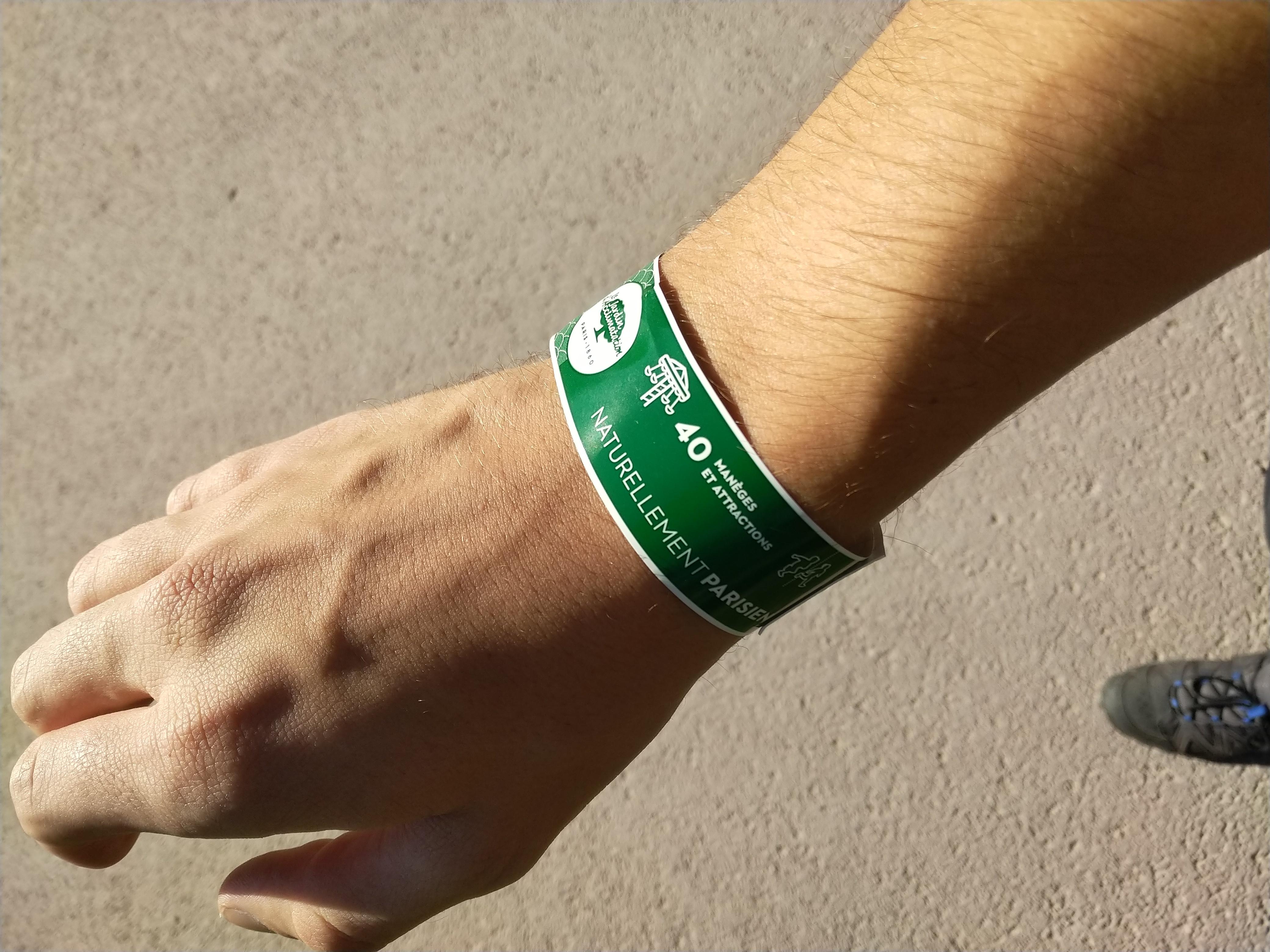 Jardin d'acclimatation Handgelenkbändchen: Eigentlich nur ein grünes einwegband mit einem QR-Code.